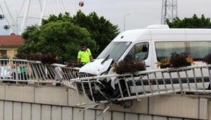Servis minibüsü bariyerde asılı kaldı
