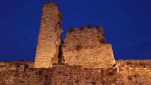 Tarihi İstanbul surları da depremden zarar gördü