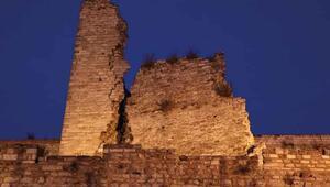 Depremde tarihi surlar zarar gördü