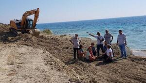 Bozcaadada sahilde kepçeyle çalışmaya tepki