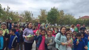 """Manyas'ta """"Dünya Süt Günü"""" nedeniyle öğrencilere süt dağıtıldı"""