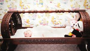 Dünyanın ilk tüp bebeği Türkiye'den hediye gönderilen beşikte yatmış