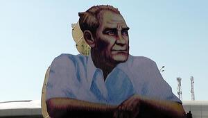 Şehir merkezi girişine Atatürk posteri asıldı