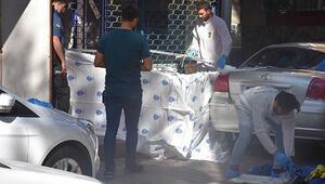 Zeytinburnunda korkunç cinayet Tabancayla kapısına dayanan arkadaşını bıçakla öldürdü