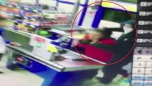 Kadın kasiyerin boğazına bıçak dayadı O anlar kamerada...