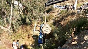 Devrilen traktörden atlayarak kurtuldu