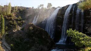 Doğa harikası Tortum Şelalesi ziyaretçilerini cezbediyor