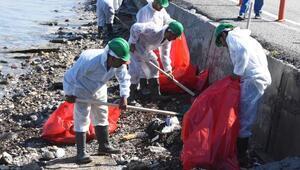 Foçada kıyılara bulaşan petrol atığını 50 kişilik ekip temizliyor