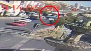 Halk otobüsünün yayalara çarptığı kaza anı güvenlik kamerasında