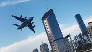 Avustralyada askeri kargo uçağı, gökdelenlerin arasında uçtu