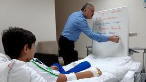 Vefakar öğretmenden hastane odasında ders