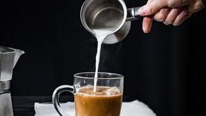 Kahvenize sıcak süt eklediğinizde Neler olduğuna inanamayacaksınız