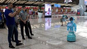 İstanbul Havalimanındaki robotlara dünya basını da ilgi gösteriyor