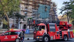 Üsküdar'da üniversitenin çatısında yangın