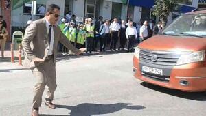Valiye 'Yaya Geçidi Nöbeti'nde az kalsın araba çarpıyordu