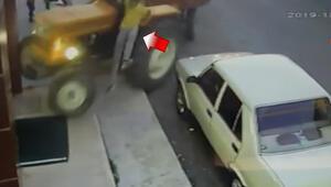 Acemi sürücü traktörle gözlükçüye böyle girdi