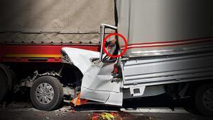 Kamyonet TIR'ın altına girdi; sürücü öldü