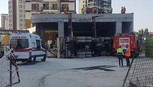 Bağcılarda vinç kamyonu devrildi