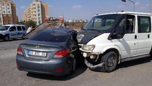 Ceyhanda minibüs ile otomobil çarpıştı: 2 yaralı