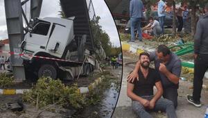 Son dakika... Pamukovada TIR durağa daldı: 2 ölü, 3 yaralı