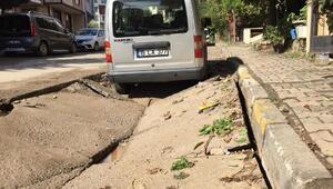 Ataşehirde yol çöktü, çukura düşen otomobili vinç çıkardı