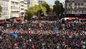 Lezbiyen ve bekarların tıbbi yöntemle çocuk sahibi olma yasa tasarısı protesto edildi