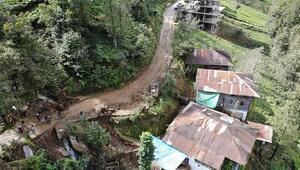 Şiddetli yağış sonrası beldedeki tüm yollar kapandı
