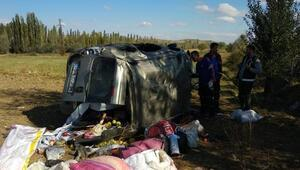 Sivasta hafif ticari araç devrildi: 2 yaralı