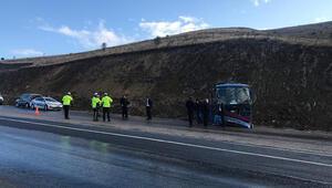 Sivasta mahkumları taşıyan araç devrildi