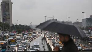 Son dakika... Meteoroloji İstanbulu uyarmıştı Mega kentte trafik hayat felç oldu
