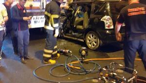 Otomobilde sıkışan sürücü itfaiye tarafından kurtarıldı