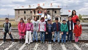 Köy köy dolaşıp öğrencilere fotoğrafçılığı öğretiyor