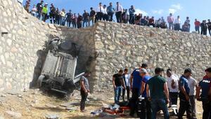 Takla atıp tarlaya uçan otomobil sürücüsü öldü