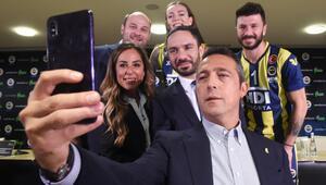Ali Koç sponsorluk anlaşmasında selfie çekti