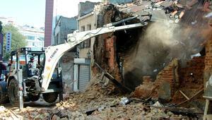 Beyoğlunda yıkılan metruk binanın enkazı kaldırılıyor