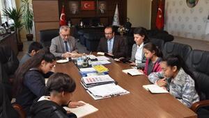 Öğrenciler, belediye başkanıyla birlikte kitap okudu