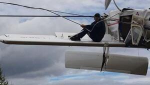 Elektrik tellerinde asılı kalan uçağın pilotu kurtarılmayı bekledi