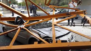 Üstgeçide çarpan kamyondaki vinç parçası otomobilin üstüne düştü