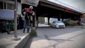 Sokakları temizleyerek kazandığı parayla iki çocuğa burs veriyor