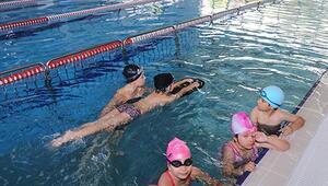 Yüzme havuzunda beden eğitimi dersi