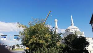5.8lik depremde bir kısmı yıkılmıştı Minarenin geri kalan kısmı da sökülüyor