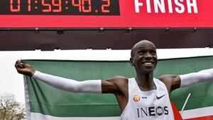Kenyalı atlet Eliud Kipchoge tarihe geçti