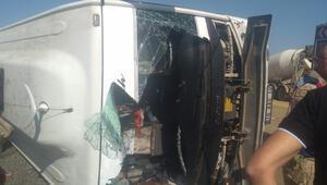 Bingölde yolcu taşıyan midibüs devrildi: 29 yaralı