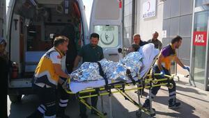Genç kız yanan evini söndürmek isterken yanarak ağır yaralandı