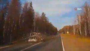 Rusyada devrilen ağaç otomobili parçaladı