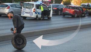 İstanbulda ilginç anlar Aracının parçalarını yoldan topladı...