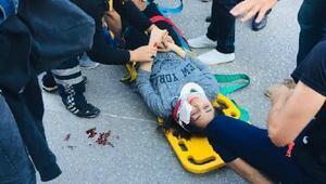 Karşıdan karşıya geçen iki kız arkadaşa otomobil çarptı