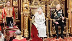 Kraliçe konuştu, tacı yanında durdu