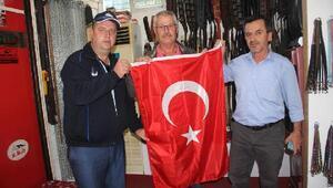 Kınıkta esnafa Türk bayrağı dağıtıldı