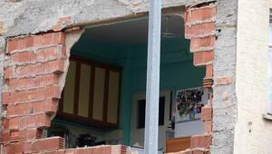 Yıkım sırasında, yan binadaki dairenin mutfak duvarı yıkıldı